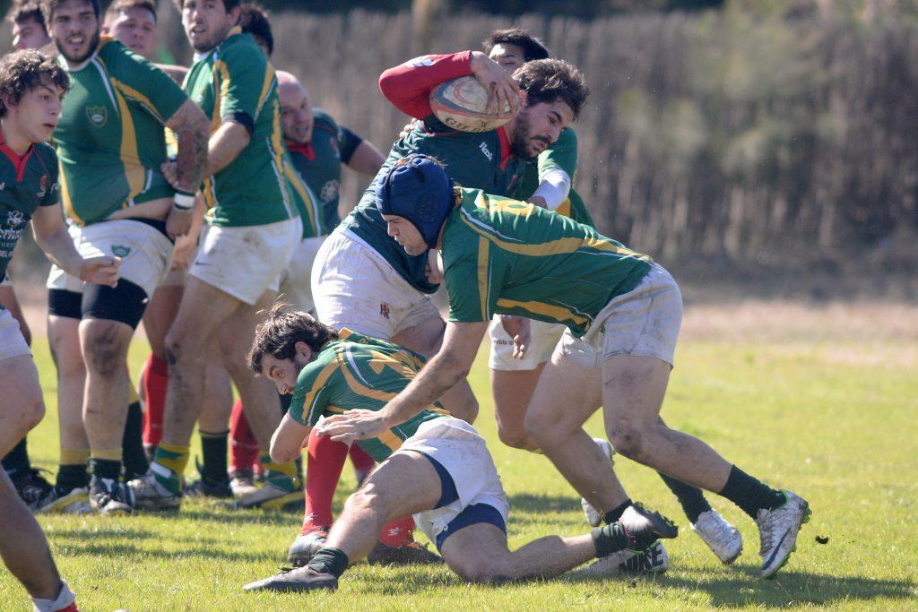 Di Maulo (en la foto con el casco azul) en el partido ante San Ignacion (Foto: Ricardo Stinco)
