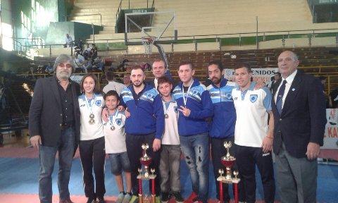 Los marplatenses participantes con los trofeos obtenidos.