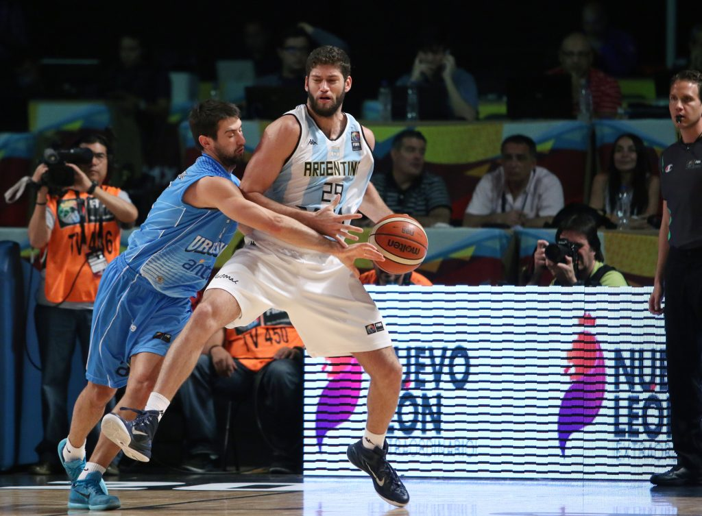 Patricio Garino ante la marca intensa de Bruno Fitipaldo. (Foto: FIBA)