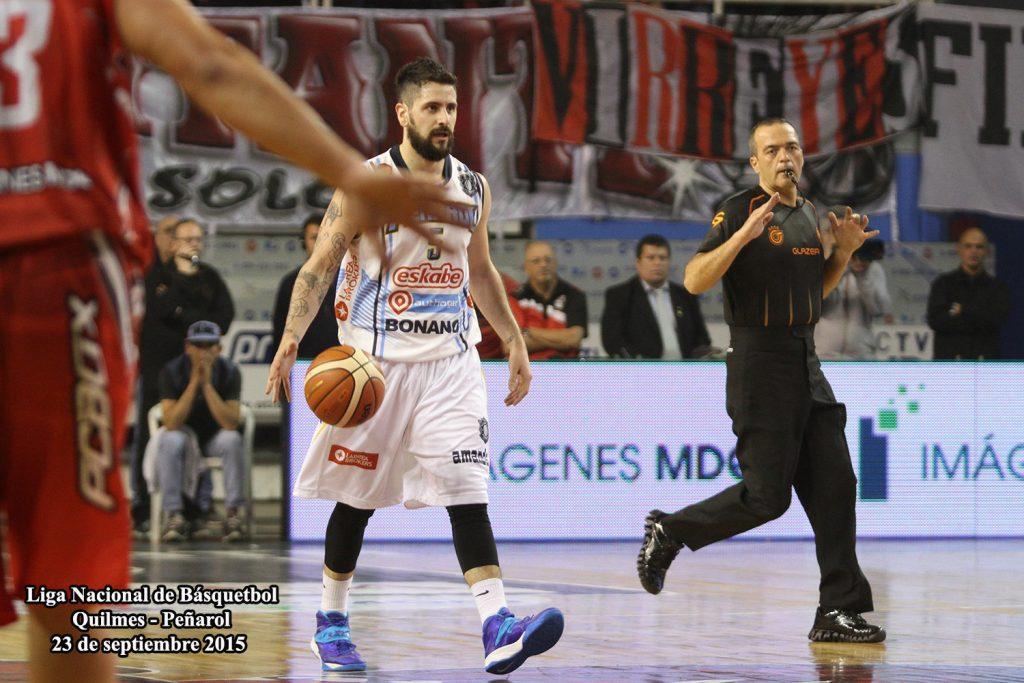 Fabián Sahdi llevando la pelota. (Foto Carlos De Vita)