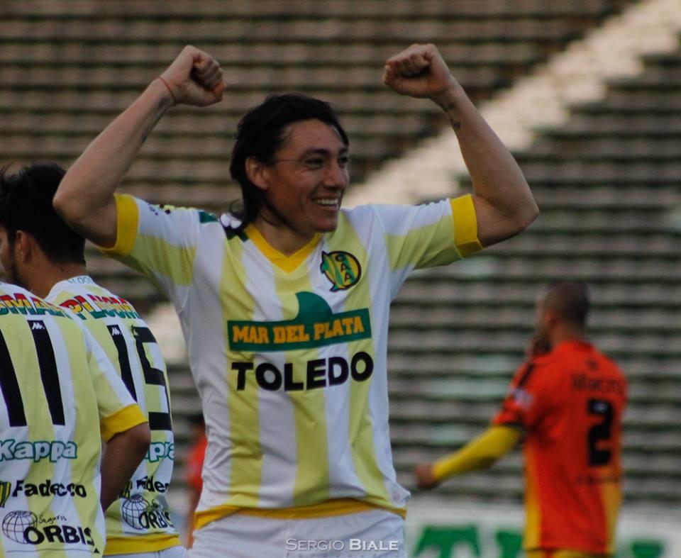 Pablo Lugüercio celebra el gol que abrió el partido. (Foto: Sergio Biale)