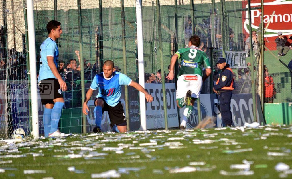 Aróstegui ya empujó la pelota al gol que le daría la victoria a su equipo. (Foto: Diario Sports)