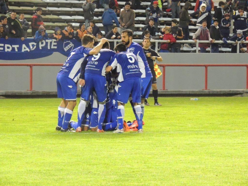 Todo Alvarado celebra el gol de Ramiro Jorge
