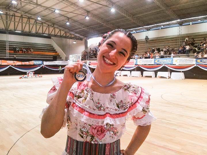 Guillermina Román luce la medalla de oro obtenida. (Foto: Twitter @clubcirculo)