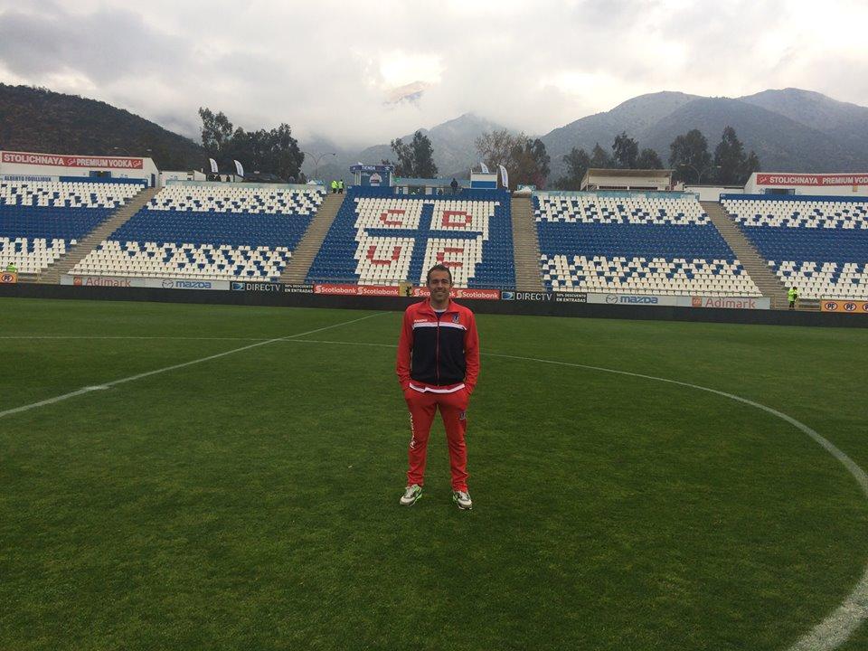 Matías Arrúa con la camiseta de su club en el Estadio de la Universidad Católica.