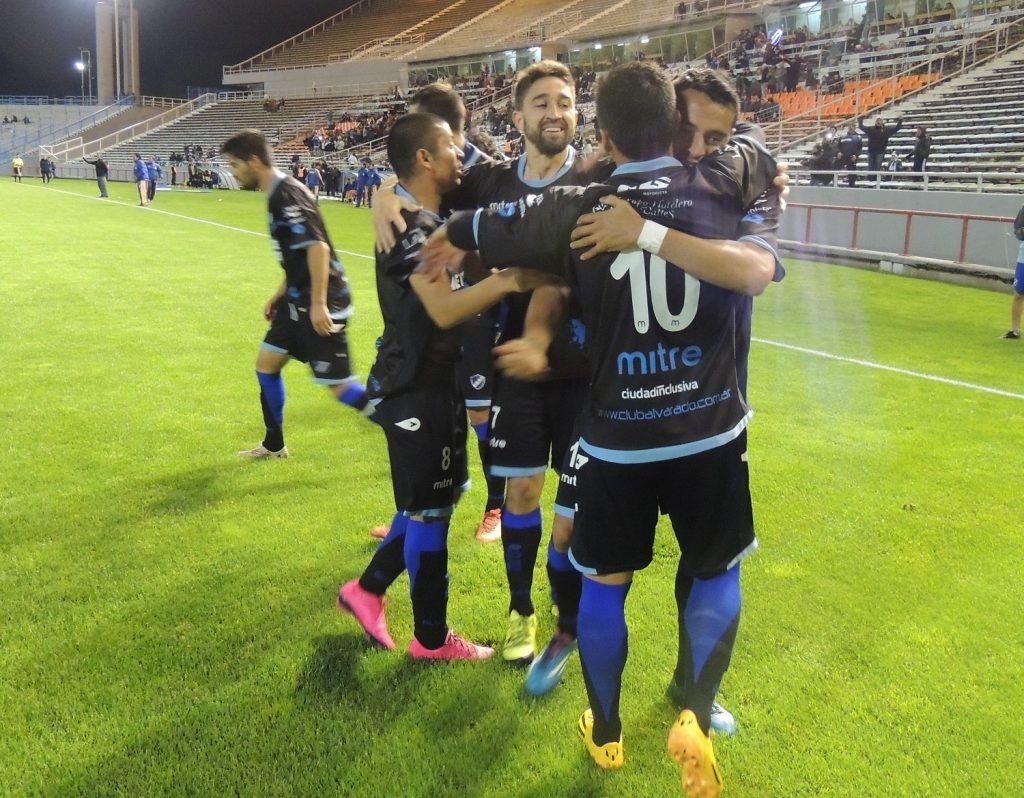 Alvarado celebra el gol de Molina que lo pone en ventaja.