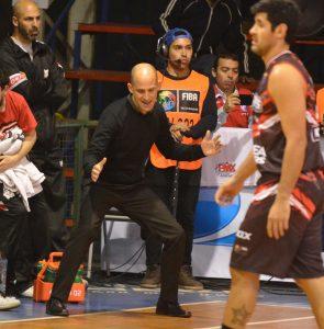 Las indicaciones de Leandro Ramella al momento de defender. (FOTO: MARCELO FIGUERAS FIBAAMERICAS)