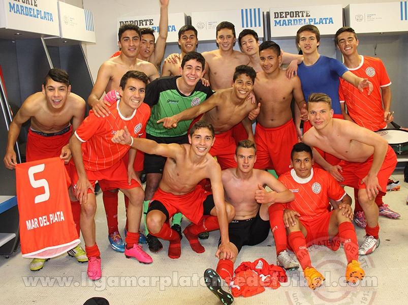 La Selección de Mar del Plata celebrando en el vestuario del Minella. (Foto. Diego Berrutti)