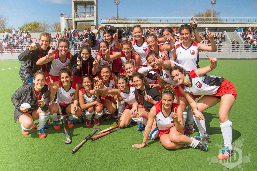 El plantel de Mar del Plata celebra el ascenso y el campeonato. (Foto: Carlos De Vita)