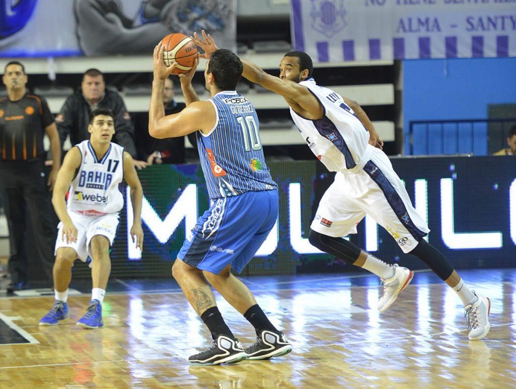Leonardo Gutiérrez apuntando a uno de los 5 triples que convirtió en la noche. (Foto: Prensa Peñarol)