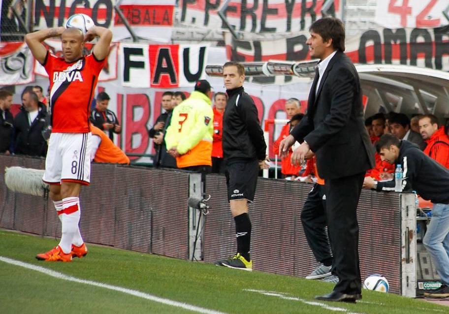 """Fernando """"Teté"""" Quiroz de traje ayer en el banco de River Plate (Foto: Sergio Biale)"""
