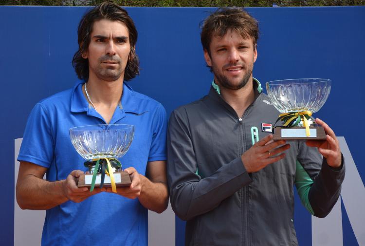 Julio Peralta y Horacio Zeballos con sus trofeos de campeones.