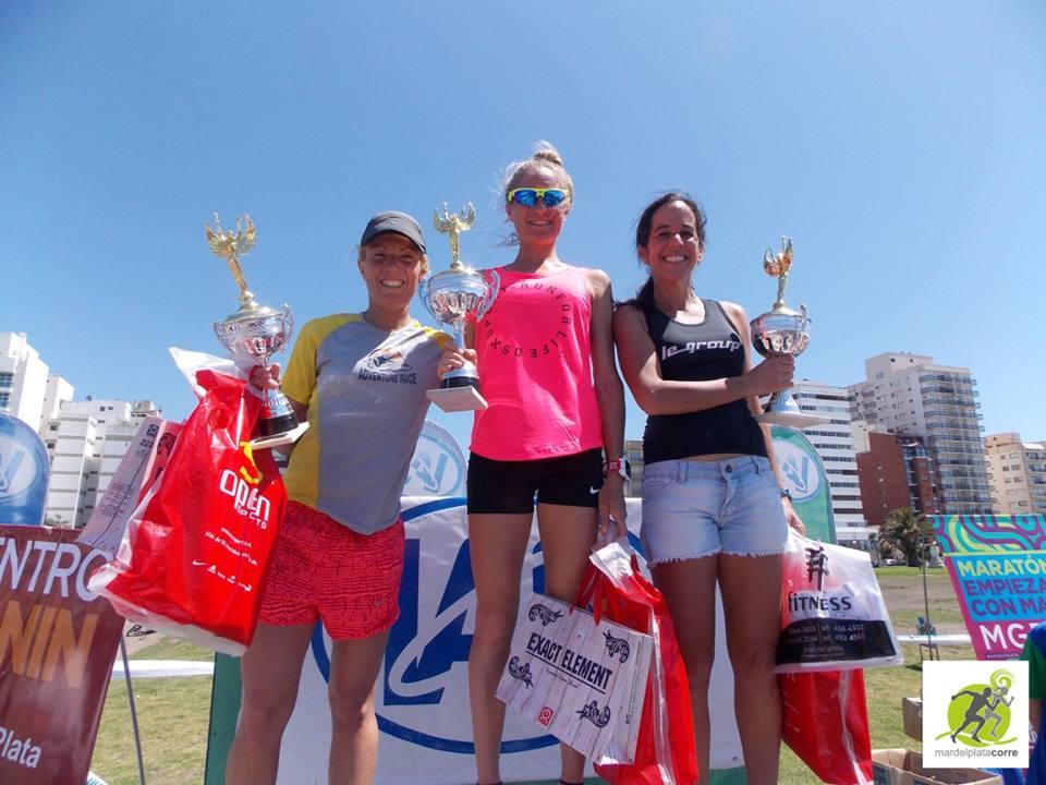 El podio femenino en los 10K del IAE Club.