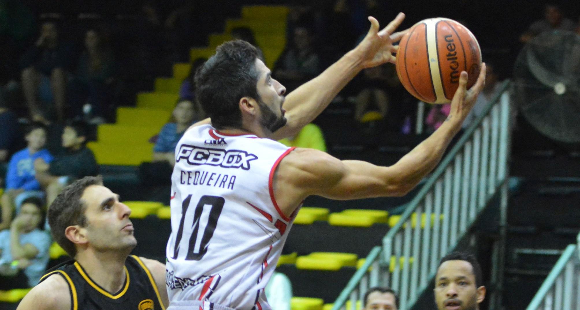 Luis Cequeira ensaya la bandeja ante la mirada de Juan Gutiérrez. (Foto: LNB.com.ar)