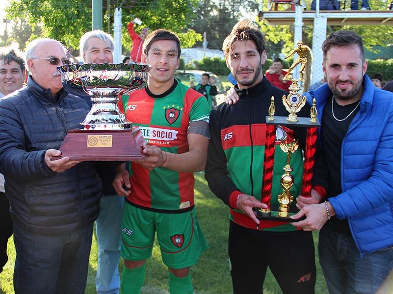 Círculo Deportivo con los trofeos el Clausura y la temporada. (Foto: Diego Berrutti)