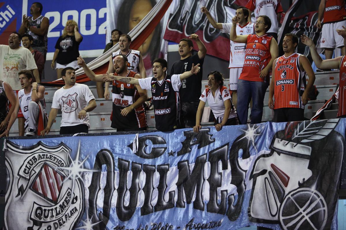 """La hinchada del """"Cervecero"""" en Uruguay (Foto. FIBA)"""