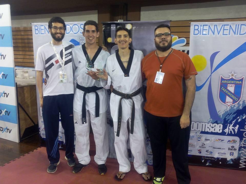 Los hermanos García junto con Ariel Prevalil festejando sus triunfos.