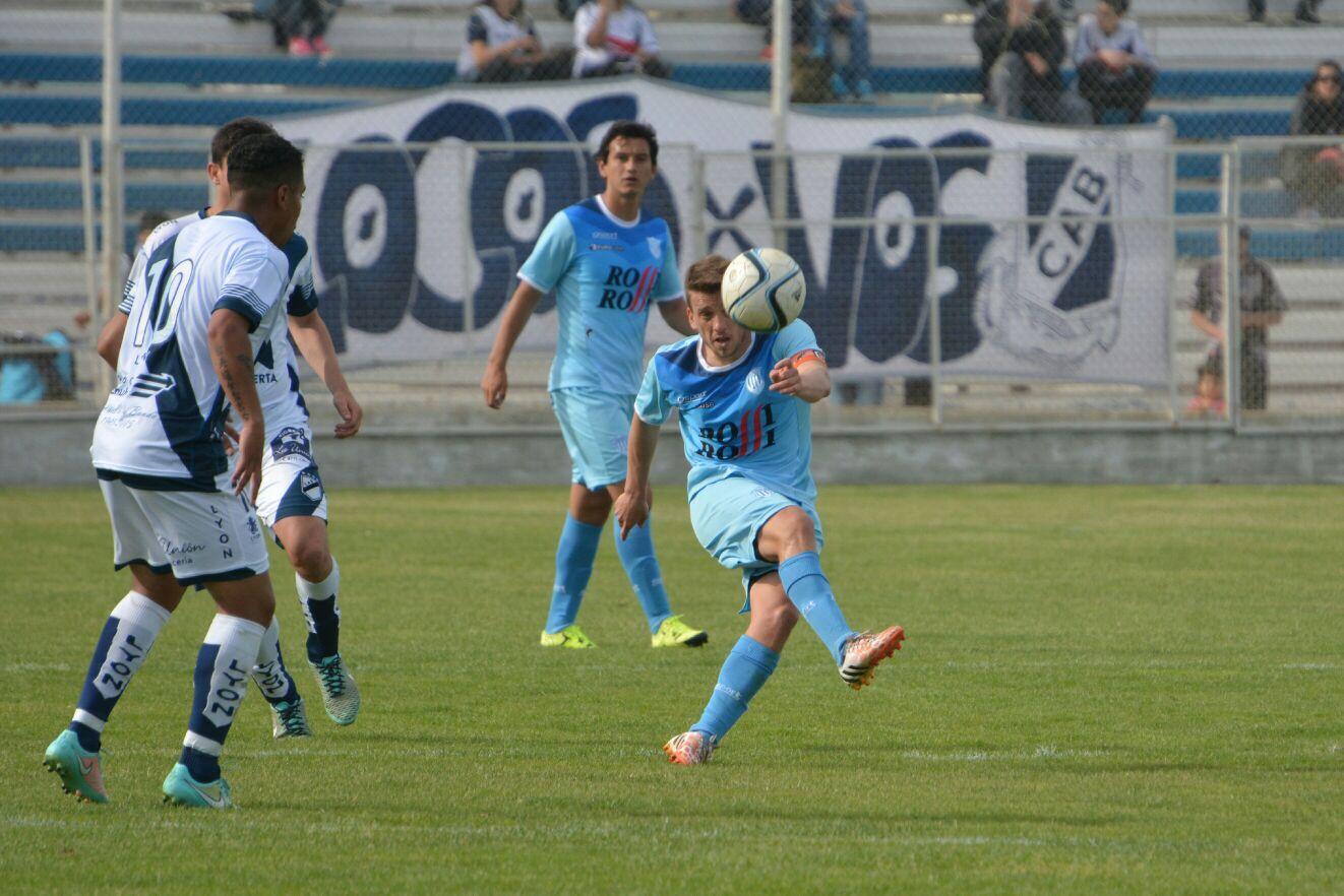 Juan Alesandroni, el capitán de Unión, en el partido ante Guillermo Brown. (Foto: Pedro Celano)