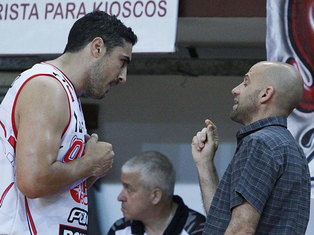 Maciel recibe indicaciones de Leandro Ramella.