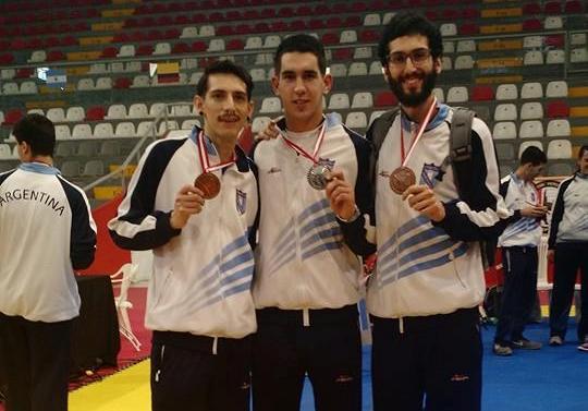 Los hermanos García con sus bronces y Ariel Prevalil con su medalla de plata.