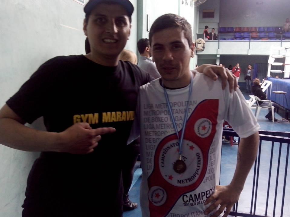 Oscar Quiroga con su medalla de campeón.