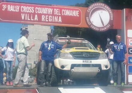 Omar Gándara y Leonardo Martínez en el podio del Rally Cross Country.