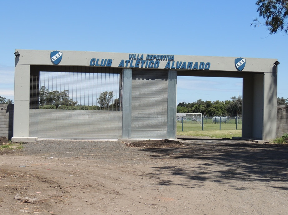 El nuevo ingreso a la Villa Deportiva de Alvarado.