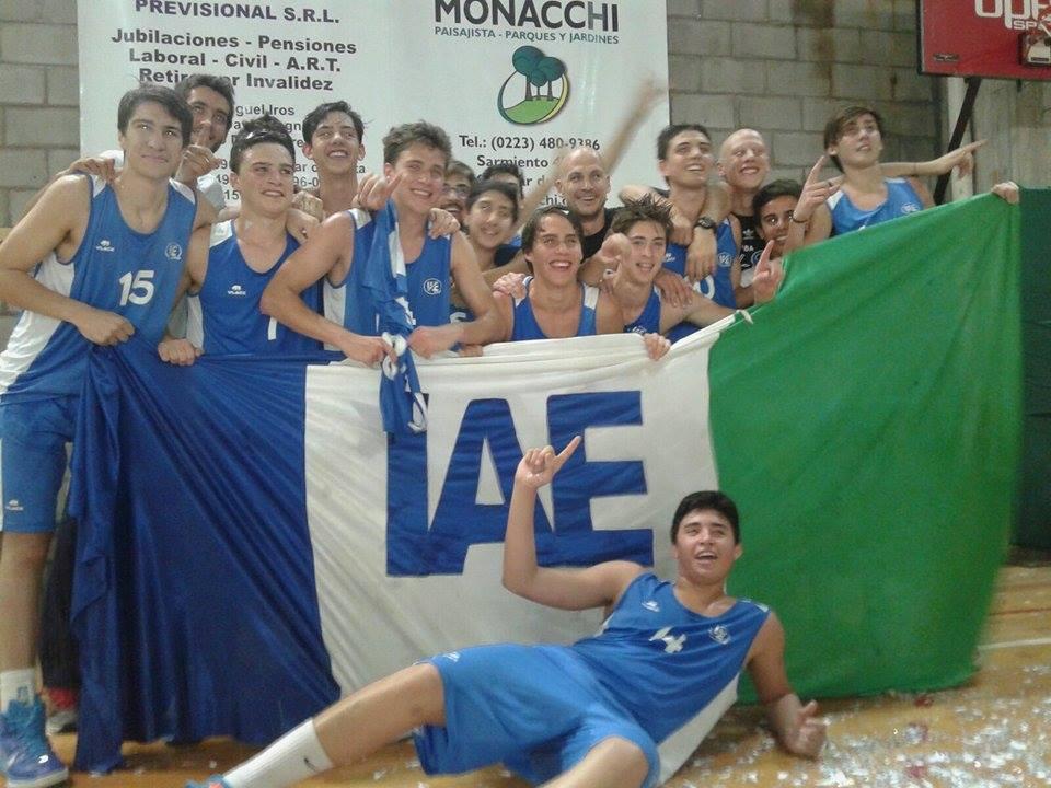 Los chicos del U17 de IAE club celebran el triunfo.