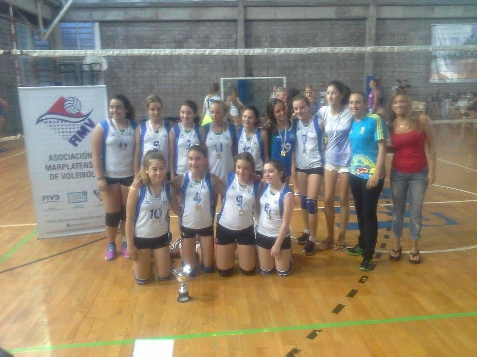 El equipo Sub-13 de IAE Club campeón local.