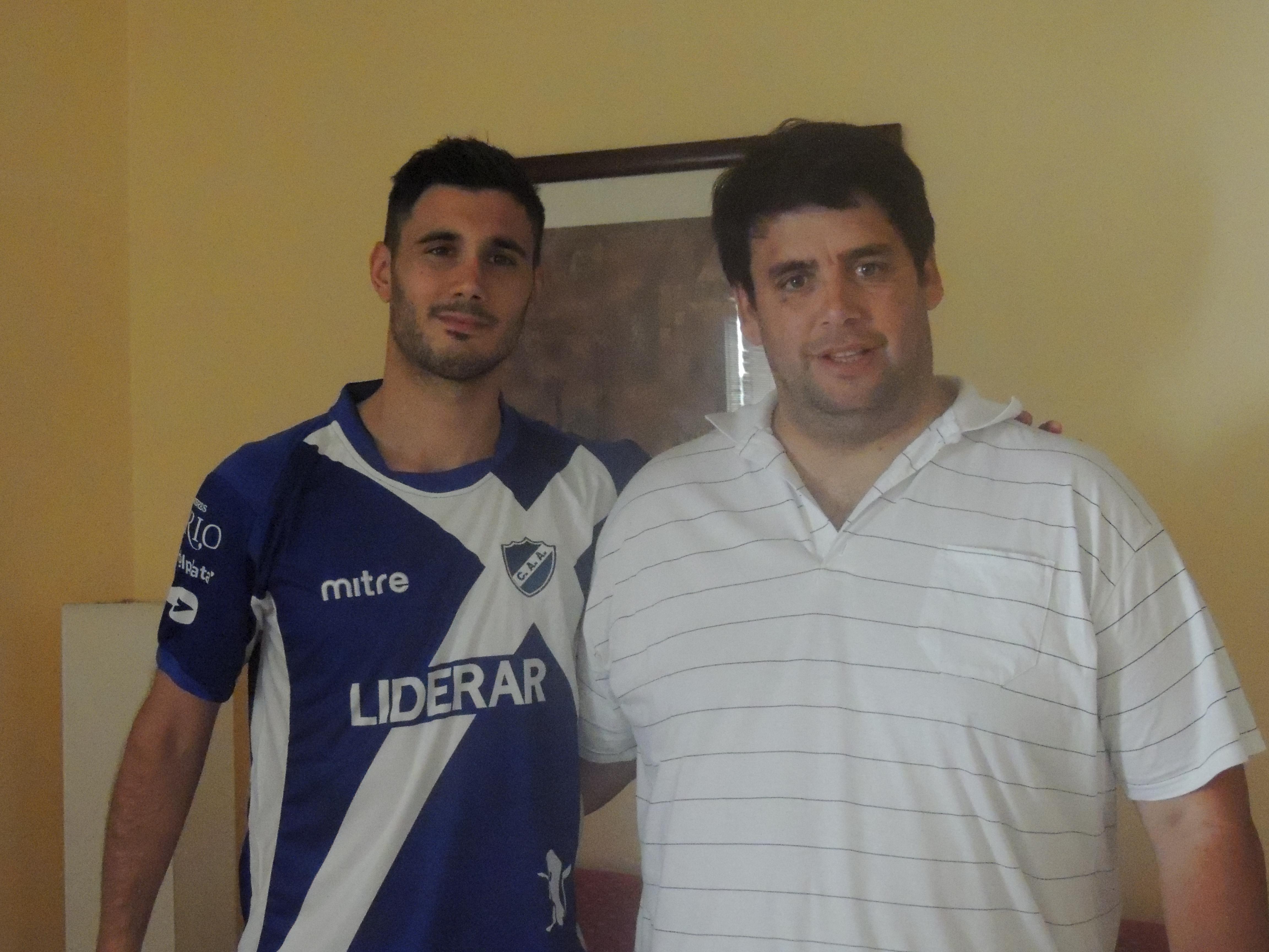 Federico Almerares y Emiliano Montes luego de firmar el contrato. (Foto: Prensa  Alvarado)