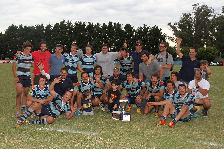 Universitario celebra con la Copa de Oro. (Foto: Prensa URMDP)