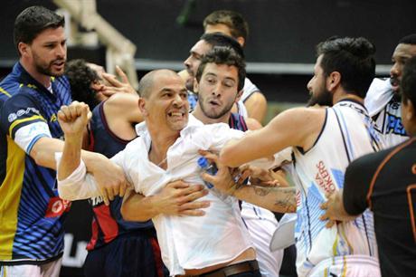 Lucas Faggiano trata de frenar a Sergio Hernández.