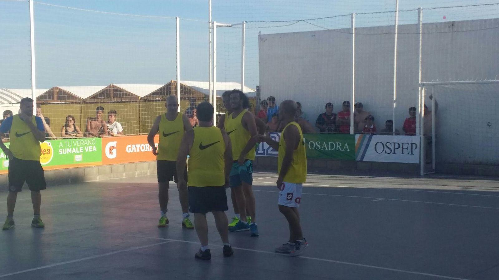 """El equipo del """"Ruso"""" Rodríguez a punto de comenzar el partido."""