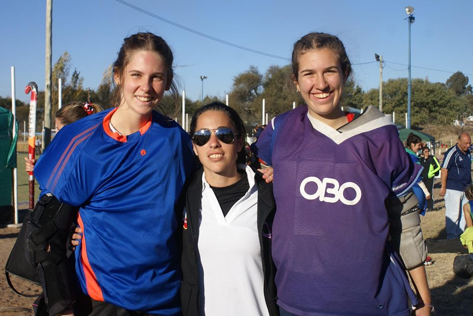 Macarena Losada, Agustina Khaski (entrenadora de ambas en la ciudad) y Lucía Ricci. (Foto: Roxana Galbiatti)
