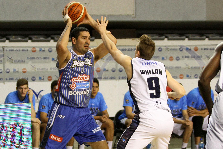 Peñarol y Bahía Basket se volverán a ver las caras desde el viernes. (Foto: Carlos De Vita)