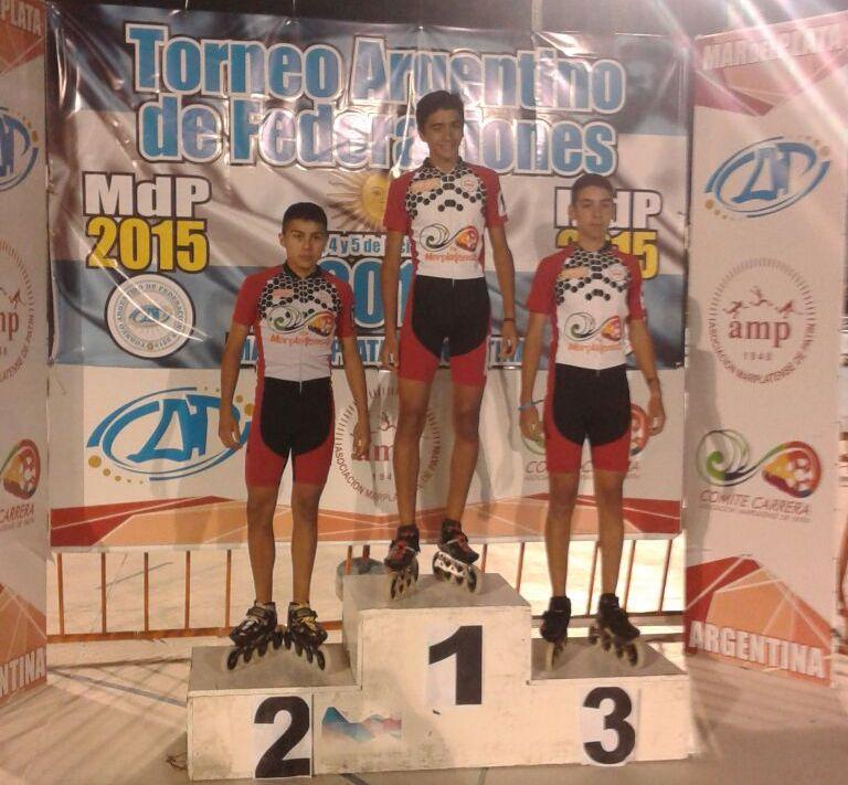 Mateo Arrieta, Benjamín Robles y Francisco Giménez en el podio juvenil.