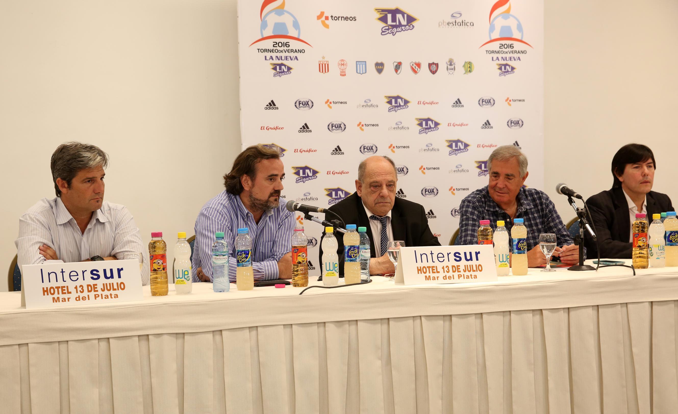La mesa de presentación del fútbol de verano en Mar del Plata.