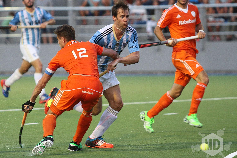 Facundo Callioni superando a uno de los defensores de Holanda. (Foto: Carlos De Vita)