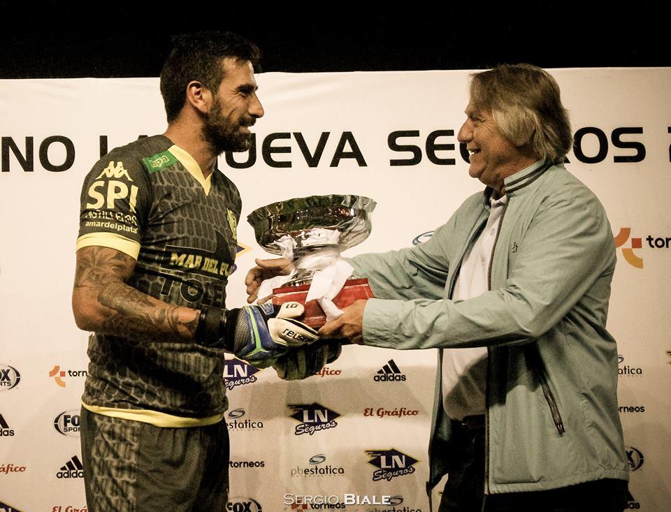 Pablo Campodónico recibe la Copa Amista anoche. (Foto: Sergio Biale)