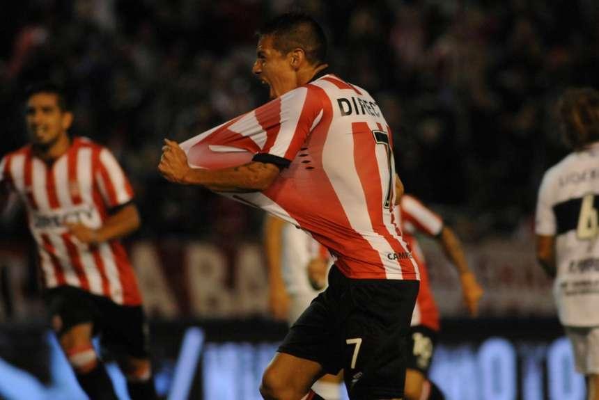 Carlos Auzqui celebra su gol en el clásico.