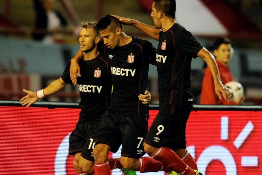 Gastón Fernández celebra su gol de penal. (Foto: Télam)