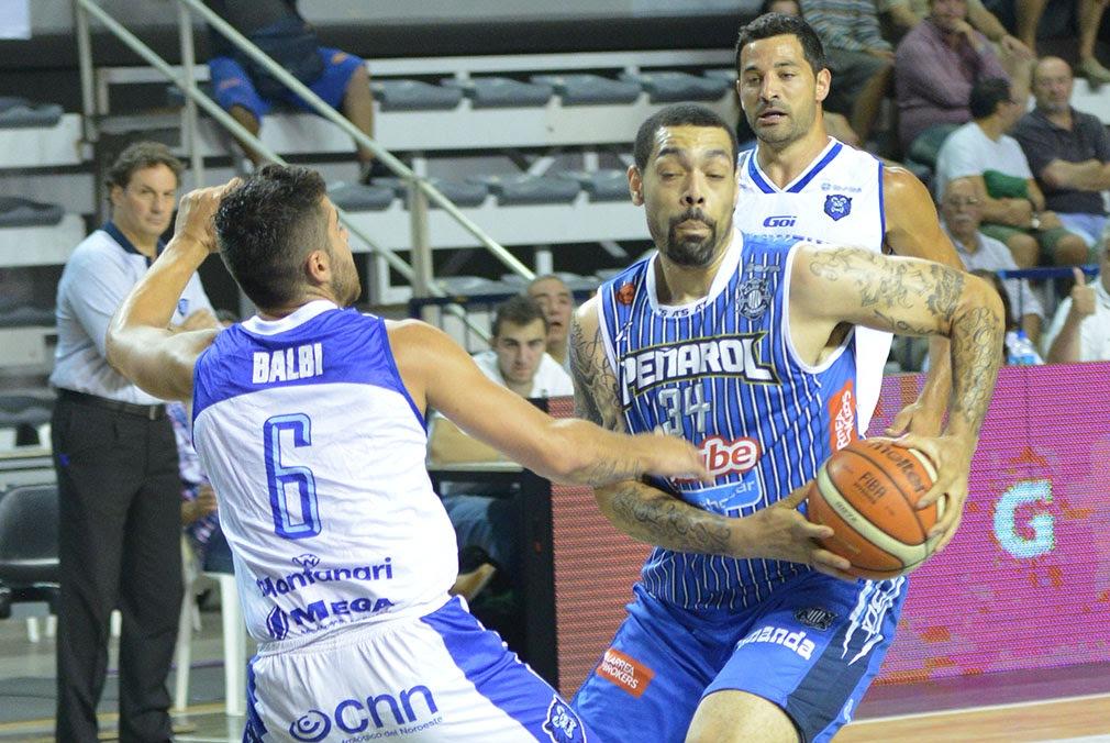 Anthony Young tuvo una buena noche y guió a sus compañeros. (Foto: Prensa Peñarol)