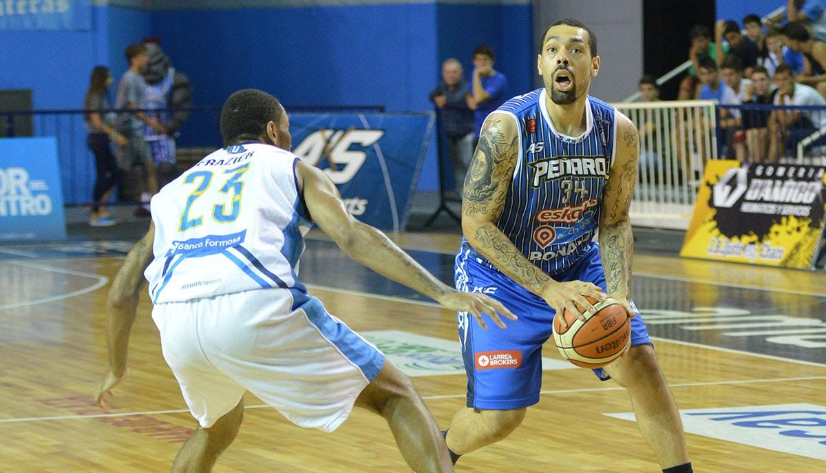 Anthony Young con la mirada puesta en el aro. (Foto: Prensa Peñarol)