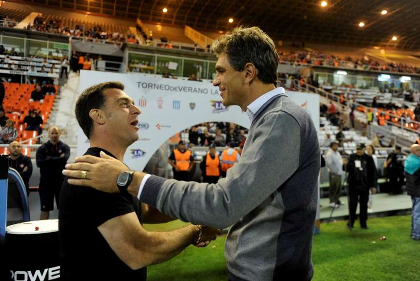 Mauricio Pellegrino saluda a Pablo Guede en el inicio del partido. (Foto: Télam)