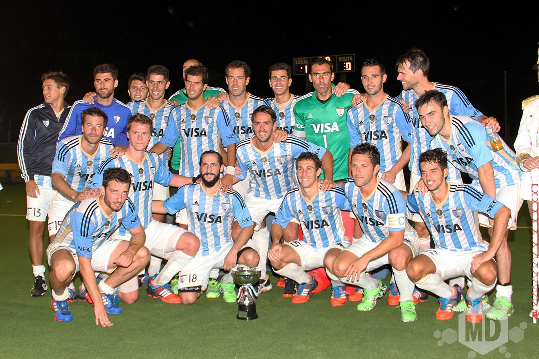 Los Leones posan con la Copa Ciudad de Mar del Plata. (Foto: Carlos De Vita)
