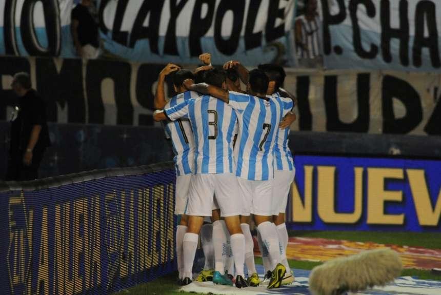Racing, hecho un puñado de jugadores, celebra la victoria . (Foto: Jorge Sánchez)