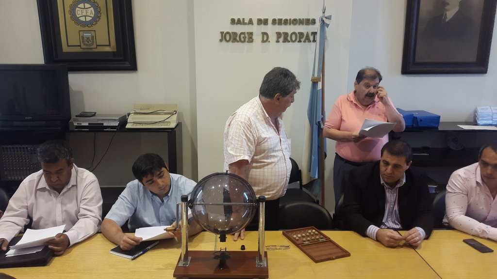 """El bolillero donde se realizó el sorteo del Federal """"A"""". (Foto: AFA)"""