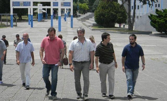 Guillermo Volponi, en el centro, encabeza el recorrido por el Parque Municipal de los Deportes.