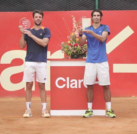 Horacio Zeballos y Julio Peralta posan con sus trofeos de campeones.
