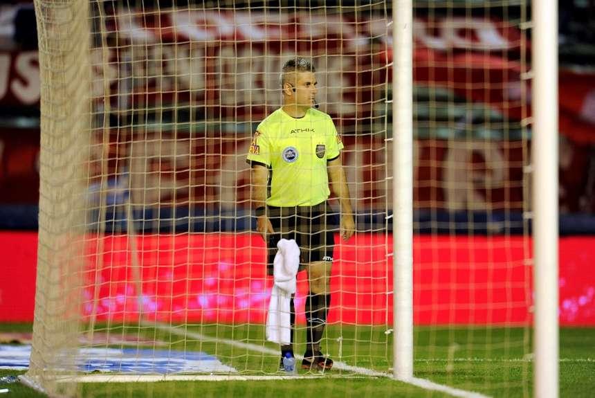 Los árbitros a un costado del arco tuvieron su debut, aunque están a prueba. (Foto: Télam)